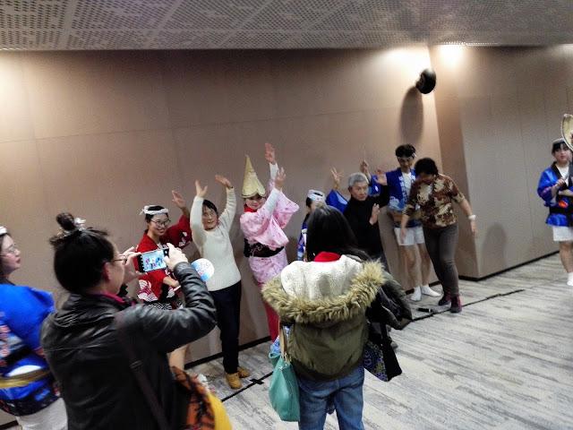 観客が参加しての阿波踊り