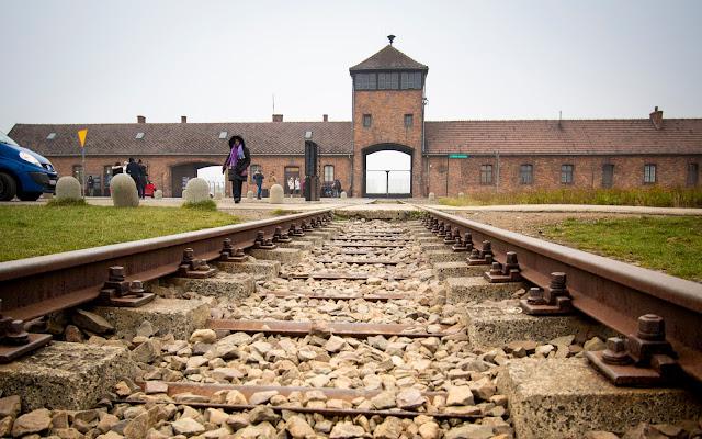 Ingresso e binari campo di concentramento di Birkenau