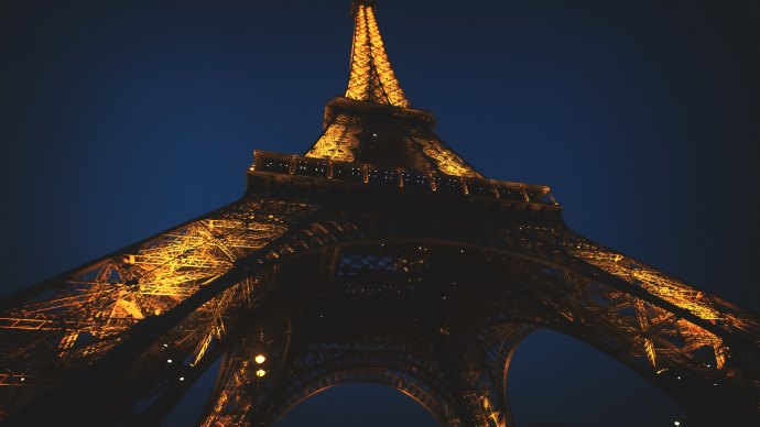 Wallpaper: Eiffel Tower lit up at night