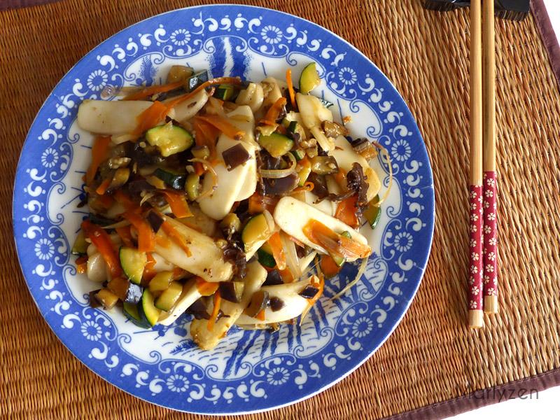 Pâtes de riz sautées aux légumes et aux champignons noirs