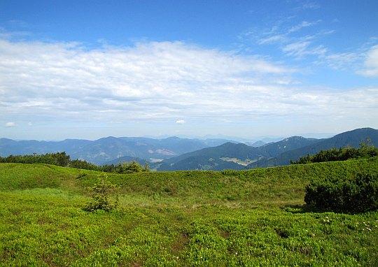 Wielka Fatra (słow. Veľká Fatra) i północno-zachodnie krańce Niżnych Tatr (widoczne po prawej).
