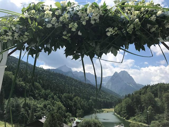 Trauung unter freiem Himmel, Hochzeitsmotto Flug der Kraniche, 1000 Origami-Kraniche zur Hochzeit, heiraten im Riessersee Hotel Garmisch-Partenkirchen, Bayern, Hochzeitsplanerin Uschi Glas, petrol und weiss