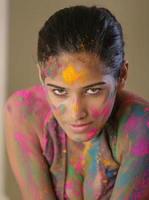 Hot Model of India Poonam Pandey Holi Wallpaper