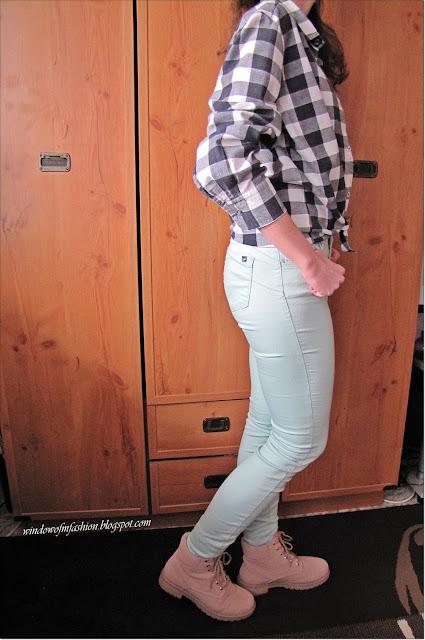 Czarno-biała krata, miętowe jeansy, różowe trapery