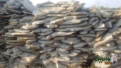 Pedra para piso, tipo de chapa de pedra moledo, com espessura de 5 cm a 10 cm.