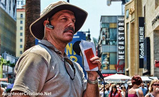 Tony Miano predicando en la calle