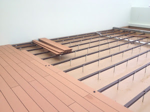 施工中の写真_下地の上に再生木デッキ材を並べる