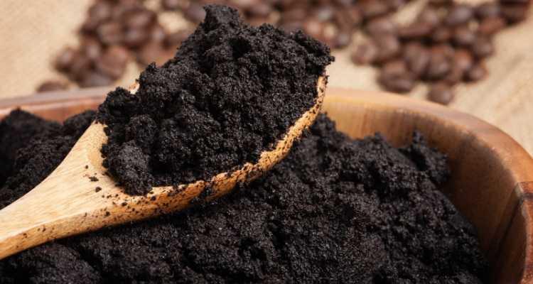 Kahve telvesi böcekleri uzaklaştırmanın yanında saça ve cilde de iyi gelir.