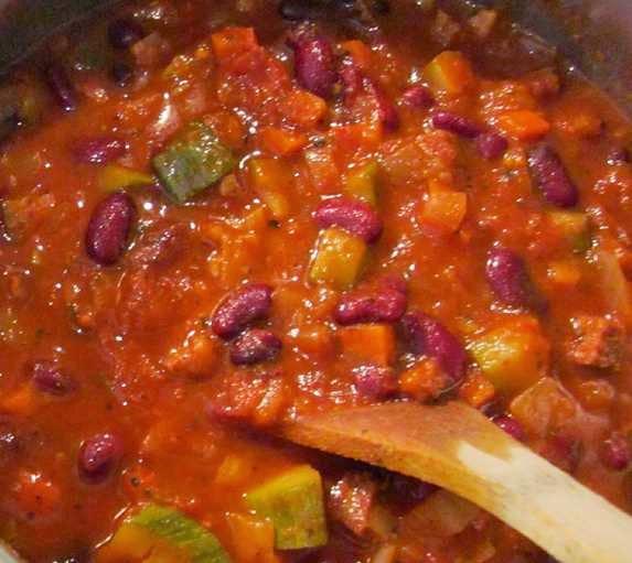 reteta chili vegetarian cu zucchini si fasole rosie si fasole pinto