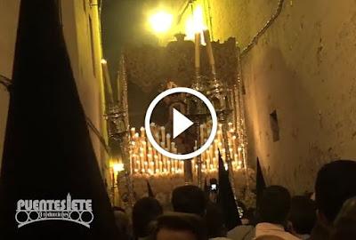 Palio de Gracia y Esperanza en Caballerizas durante el Domingo de Ramos correspondiente a la Semana Santa del año 2017 en Sevilla yendo el palio acompañado musicalmente por la Banda de música de la Cruz Roja