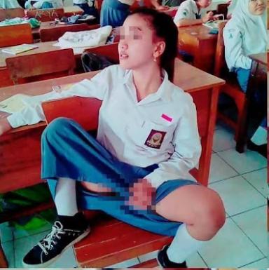 Foto: Siswi SMA ini berpose 'hot' di dalam kelas
