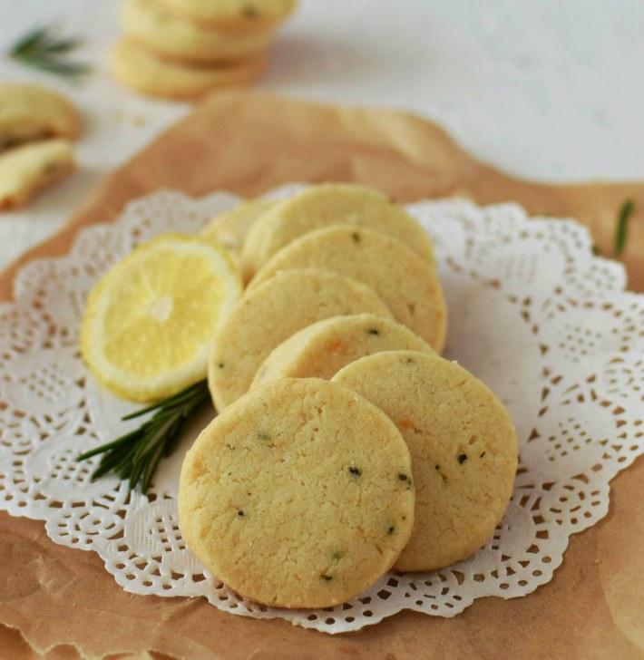 Galletas de romero y limón en primer plano