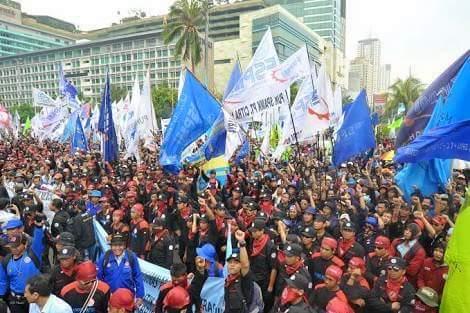 Aksi Ribuan Buruh Yang Marah Sama Anies Mulai Memanas, Mereka Mulai Ngelu Ngelukan Ahok
