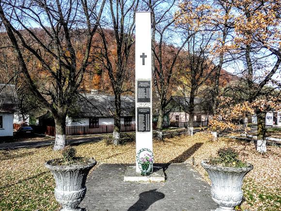 Посёлок Выгода. Памятник погибшим землякам