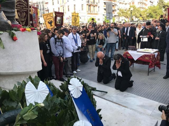 Ο Τούρκος ακτιβιστής, Αλί Ερτέμ γονάτισε μπροστά από το μνημείο Γενοκτονίας στη Θεσσαλονίκη