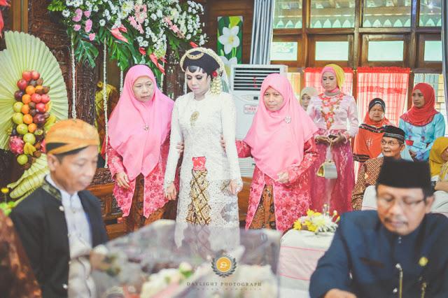foto pengantin perempuan keluar dari kamarnya menuju titik dilakukannya ijab qobul