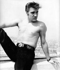 foto de Elvis con el torso descubierto