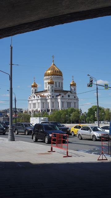 Фото Храма Христа Спасителя в Москве, вид из-под моста