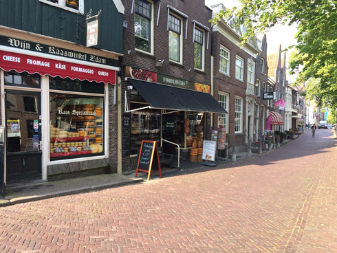 Paseando por Edam encuentras muchas tiendas de queso