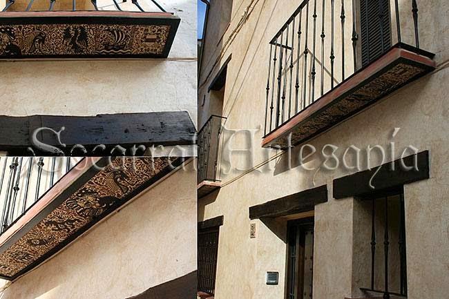 Socarrats en una casa restaurada de pueblo en los balcones y fachada
