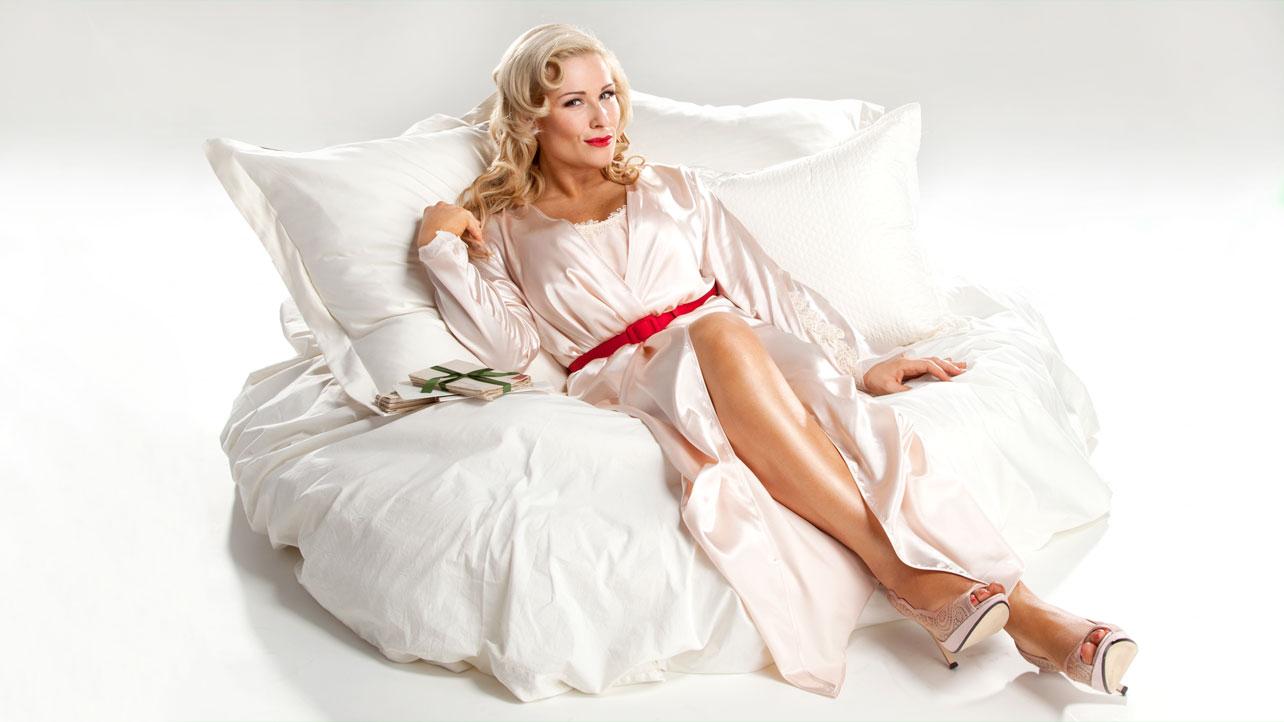 4. Pegulat Seksi - Natalya Neidhart di kasur