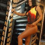 Andrea Rincon, Selena Spice Galeria 36 : Shakiras, Camiseta Negra Con Amarillo y Rojo, Tanga Amarilla y Naranja Foto 49