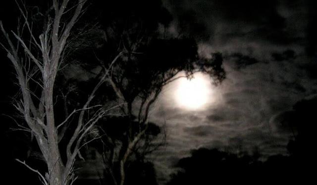 Menguak Mitos Malam Jumat yang Penuh Dengan Aura Mistis, Sampai Ahli Kubur Datang ke Rumah