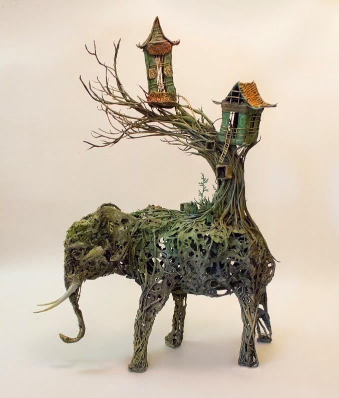 Fantástica escultura surrealista elefante, plantas y casa