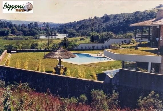 Vista de cima do muro de pedra e a construção da piscina e dos para-peito das paredes de pedra que ficaram a 80 cm de altura do gramado.