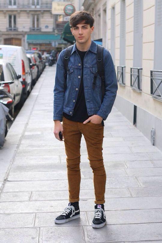 Look Masculino com Jaqueta Jeans e Calça Marrom