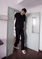 Dünyanın en uzun boylu adamı Zhao Liang, kapıdan eğilerek geçerken