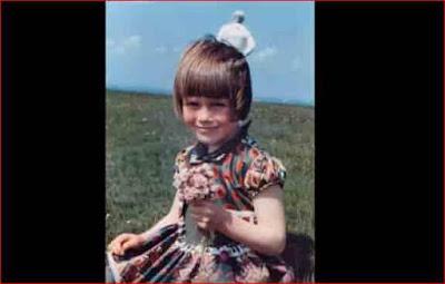 Fotografía revelada de la hija de Jim Templeton con la extraña figura al fondo.