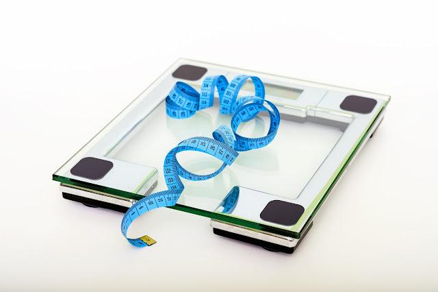 Körperfettanteil mit Maßband, Körperfettwaage oder Caliper messen, um Körperfett zu reduzieren