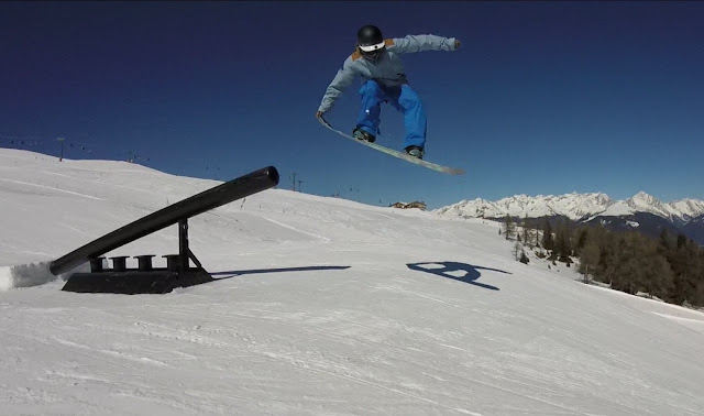 skok na desce w snowparku
