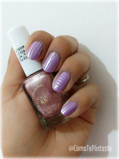foto de diseño en rosa y lila con líneas. En la mano un esmalte xantia rosa perlado.