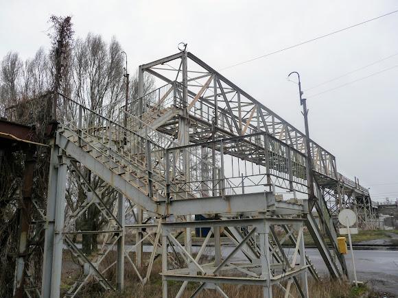 Константиновка. Разрушенный надземный переход на территорию завода «Автостекло»