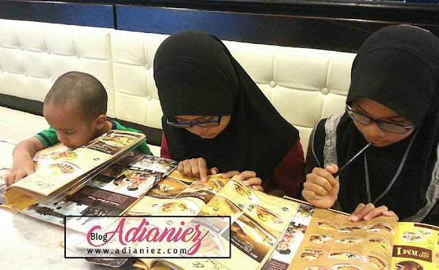 Anak-Anak Memilih Makanan Sendiri Di Kedai Makan