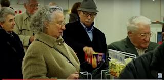 Seniors faisant la queue dans un supermarché