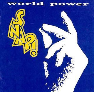 Portada del vinilo español de Snap: World Power. Fondo azul, el texto y una mano blanca que hace un chasquido con los dedos