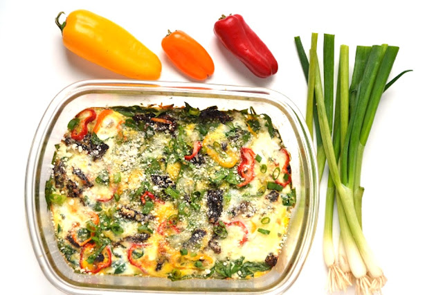 Spinach and Bell Pepper Egg Bake makes the perfect weekend breakfast or can be made ahead of time and reheated during the week. Loaded with bell peppers, green onions, sun dried tomatoes and spinach. www.nutritionistreviews.com #eggs #eggbake #breakfast #healthy #cleaneating #mealprep #protein #vegetables