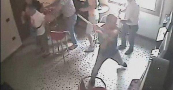 Η στιγμή της επίθεσης με τσεκούρι στην ΔΟΥ Κοζάνης - Βίντεο