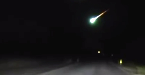 Meteoro bola de fogo é flagrado por câmera de viatura policial