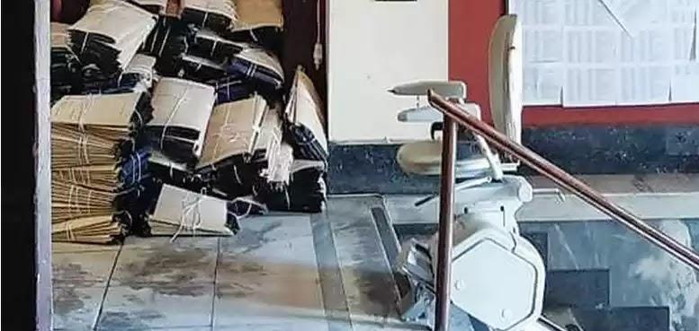 Πεταμένοι φάκελοι συνταξιούχων στο πάτωμα και ποντίκια να τρώνε τις καρτέλες τους