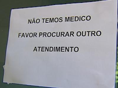 Cartaz avisando da falta de médicos