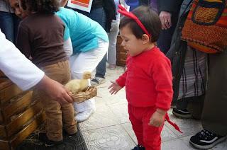 Bebé 13 meses con disfraz de alloween de diablo