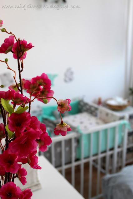 Pokój dla dziecka z sypialnią rodziców. Biały, szary i mięta. Jak urządzić pokoik dla dziecka. Malutki pokoik dla dziecka. Oklejanie mebli okleiną. DIY Bedroom Sztuczne kwiaty KIK