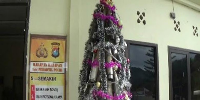 Rayakan Natal dengan Unik dan Kreatif, Petugas Sulap Knalpot Bekas Razia Jadi Pohon Natal