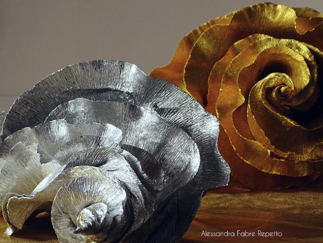 Gasteropodi , sculture di carta metallizzata modellata a mano .