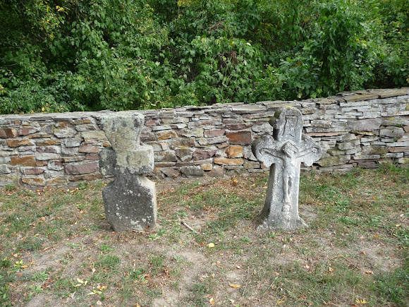 Пирогів. Музей народної архітектури та побуту. Кам'яні хрести