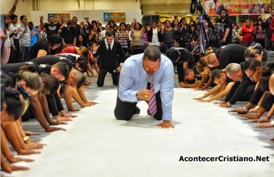 "Ritual con sal ""ungida"" en iglesia"